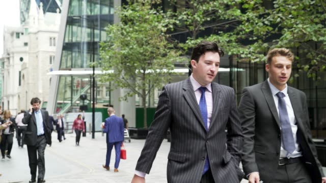 stockvideo's en b-roll-footage met white collar workers walking in the city of london - stadsdeel