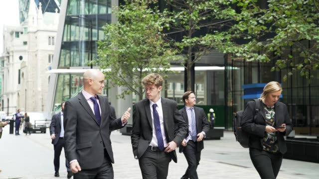 white collar workers walking in the city of london - stadtviertel stock-videos und b-roll-filmmaterial