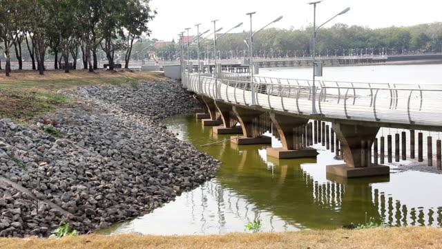 witte betonnen brug in openbare tuin