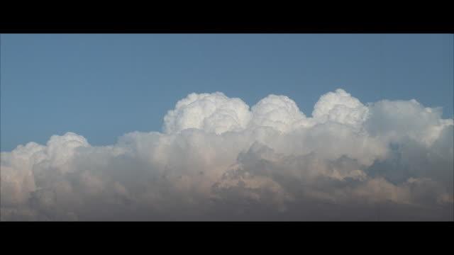 stockvideo's en b-roll-footage met ws, white cumulus clouds against blue sky - letterbox format