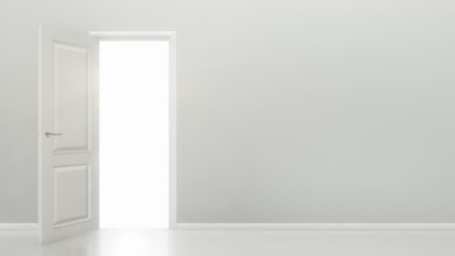 Abertura da porta branca para uma luz em branco brilhante-sala/4 k