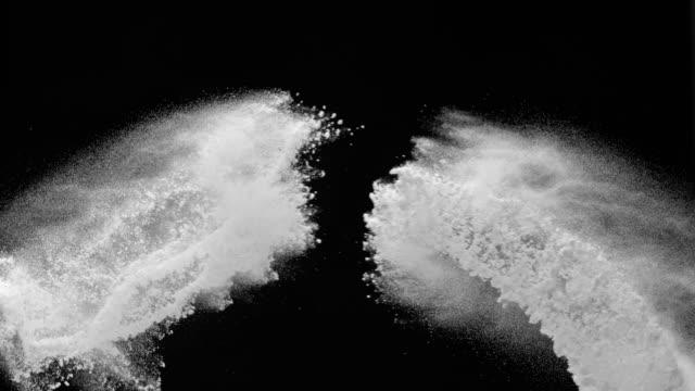 SLO MO di polvere bianca su sfondo nero riduzione