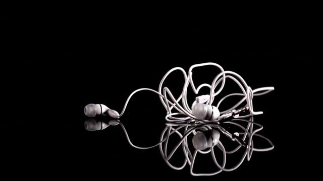 stockvideo's en b-roll-footage met wit oortelefoon dropping in slow motion - in ear koptelefoon
