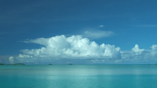 t/l, ws, white fluffy clouds above tropical water, aitutaki lagoon, aitutaki, cook islands - horizont stock-videos und b-roll-filmmaterial
