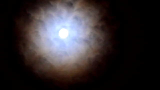 vídeos de stock, filmes e b-roll de branca lua cheia brilha em um buraco de nuvem de chuva - só céu