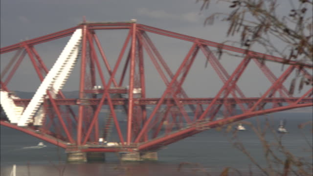 white girders reinforce the cantilevers on the forth railway bridge. - fluss firth of forth stock-videos und b-roll-filmmaterial