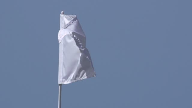 """vídeos y material grabado en eventos de stock de """"white golf flag in the wind, near sciacca in sicily, italy, slow motion"""" - bandera de golf"""