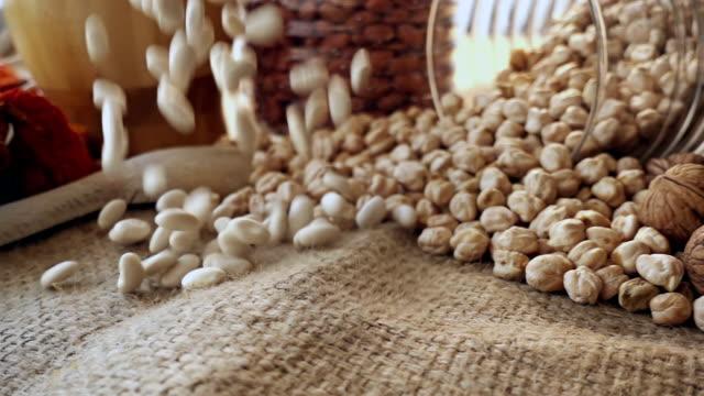 落ちる白インゲン豆 - 荒い麻布点の映像素材/bロール