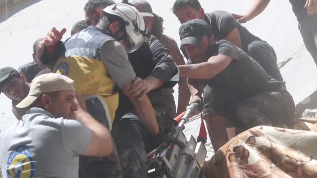 white helmets civil defense agency members rescue injured civilians and search for survivors in the rubble of buildings following syrian regime... - civilperson bildbanksvideor och videomaterial från bakom kulisserna