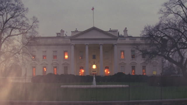 ms white house from north lawn with few lights and fountain / washington d.c., united states - weißes haus stock-videos und b-roll-filmmaterial