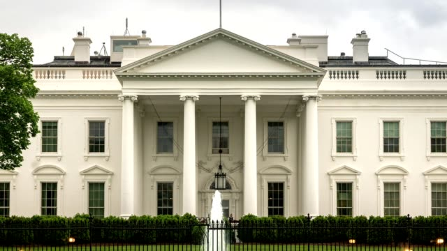 white house north facade in washington, dc - zoom out - la casa bianca washington dc video stock e b–roll