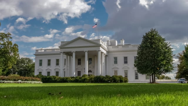 white house north facade lawn washington, dc in 4k/uhd - zoom in - la casa bianca washington dc video stock e b–roll