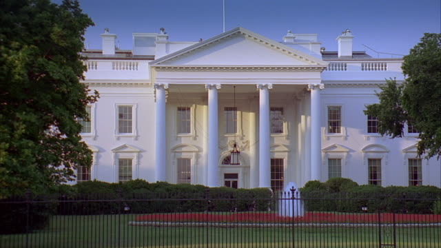 ws white house north portico and fountain at dusk / washington dc, usa - la casa bianca washington dc video stock e b–roll