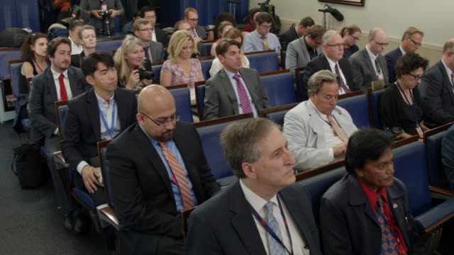 stockvideo's en b-roll-footage met white house press secretary josh earnest conducts the daily briefing with reporters in the white house brady press briefing room august 30 2016 in... - persconferentie
