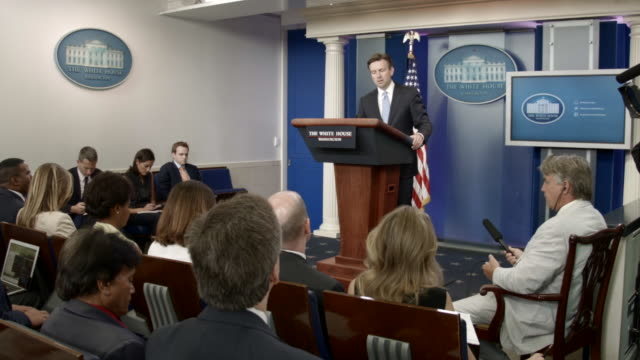 white house press secretary josh earnest conducts the daily briefing with reporters in the white house brady press briefing room august 30 2016 in... - conferenza stampa video stock e b–roll