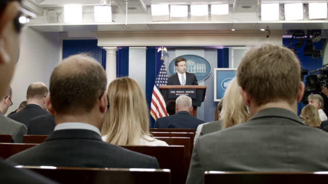 vídeos de stock e filmes b-roll de white house press secretary josh earnest conducts the daily briefing with reporters in the white house brady press briefing room august 30 2016 in... - conferência de imprensa