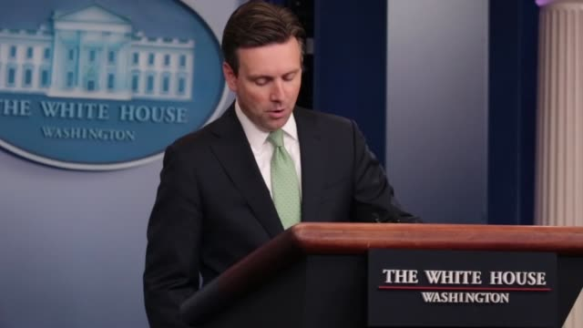 stockvideo's en b-roll-footage met white house press secretary josh earnest delivered a press briefing and took questions from reporters in the james s brady press briefing room of the... - persconferentie