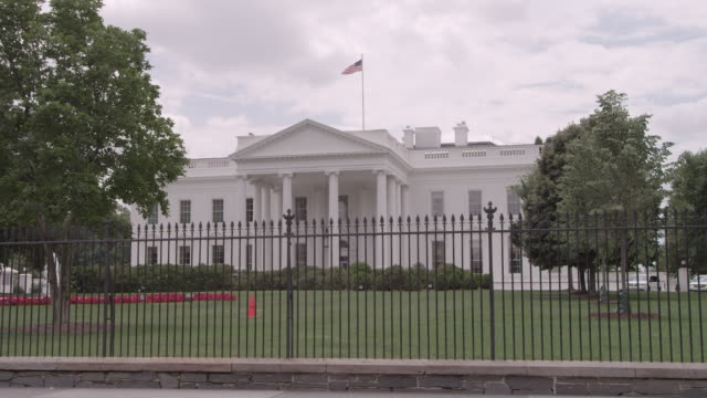 ws white house sitting behind wrought iron security fence / washington dc, united states - 2010年代点の映像素材/bロール