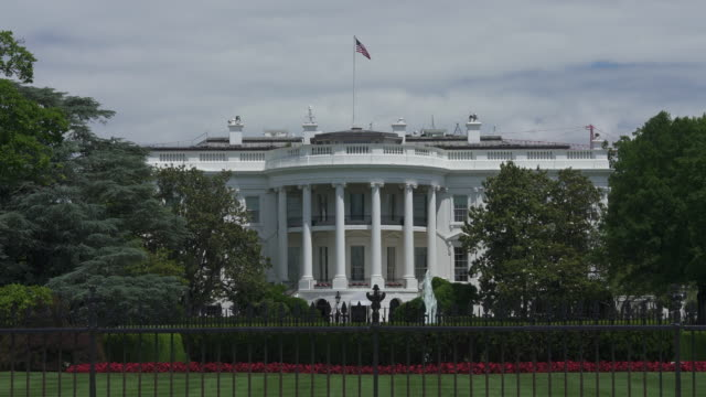 white house south lawn washington, dc in 4k/uhd - la casa bianca washington dc video stock e b–roll