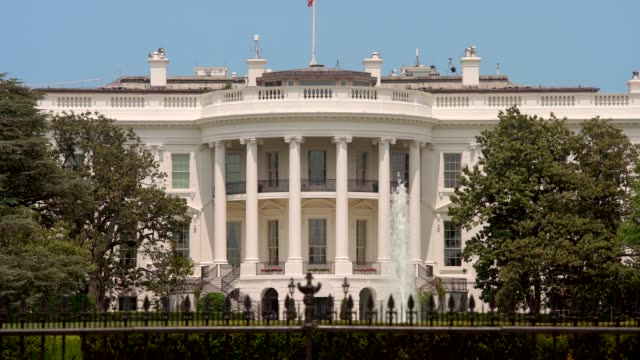 white house south lawn washington, dc in 4k/uhd - weißes haus stock-videos und b-roll-filmmaterial