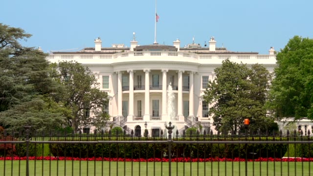 white house south lawn washington, dc - zoom in 4k/uhd - la casa bianca washington dc video stock e b–roll