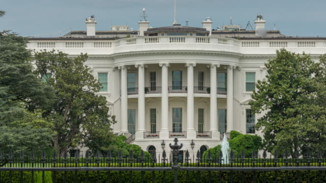 white house south lawn washington, dc - zoom out - in 4k/uhd - la casa bianca washington dc video stock e b–roll