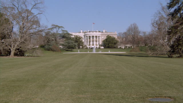White House with fountain on lawn in foreground / Washington DC