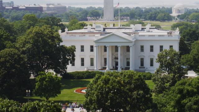 vidéos et rushes de ws ha pan white house with washington memorial and jefferson memorial in background / washington d.c., usa - la maison blanche