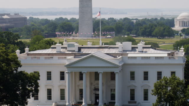 stockvideo's en b-roll-footage met ms zo ws ha white house with washington memorial and jefferson memorial in background / washington d.c., usa - amerikaanse vlag