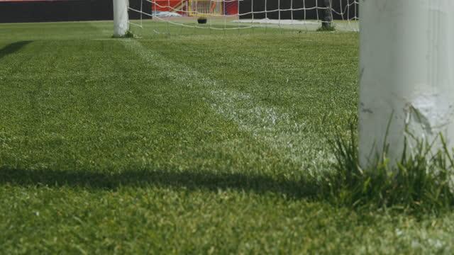 weiße linie des fußballplatzes - tor sportgerät stock-videos und b-roll-filmmaterial