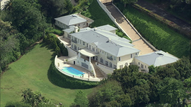 aerial white mansion with swimming pool, constantia, cape town, western cape, south africa  - luxus stock-videos und b-roll-filmmaterial