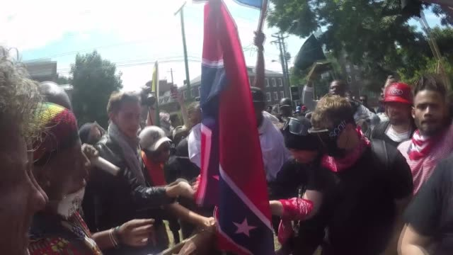 vídeos de stock e filmes b-roll de white nationalists neonazis and members of the 'altright' clash with counterprotesters during the 'unite the right' rally august 12 2017 in... - comício político