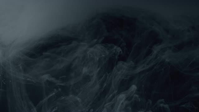 Witte verf geïsoleerd op zwarte achtergrond