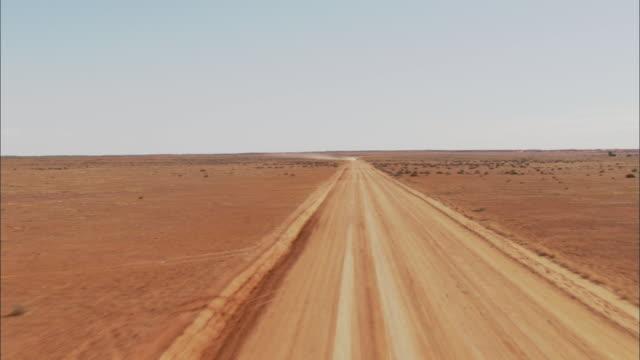 aerial white pick-up truck traveling along barren dirt road, anna creek, south australia, australia - south australia bildbanksvideor och videomaterial från bakom kulisserna