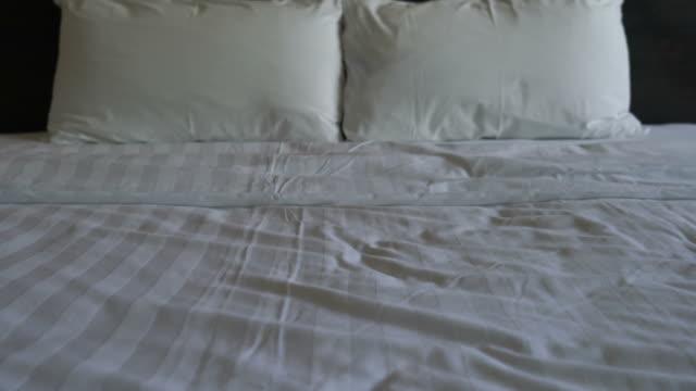 vídeos de stock e filmes b-roll de white pillows on bed - edredão