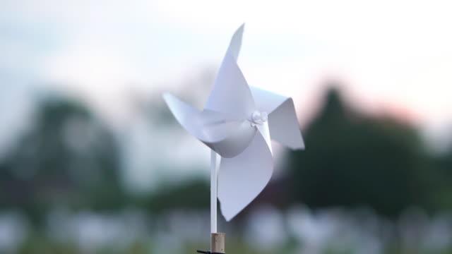 white pinwheel toy in the wind. - girandola video stock e b–roll