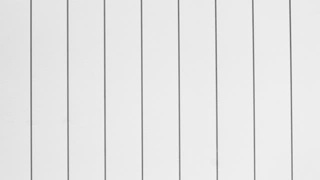 white plaswood wall bewegt sich von links nach rechts. - zaun stock-videos und b-roll-filmmaterial