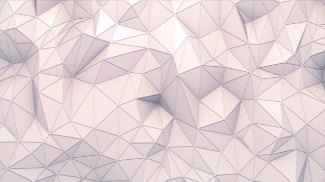 vidéos et rushes de la surface polygonale blanche avec des bords minces se déplace comme des vagues. fond géométrique triangulaire de bas-poly abstrait. animation en boucle 3d et sans couture. 4k, résolution ultra hd - origami