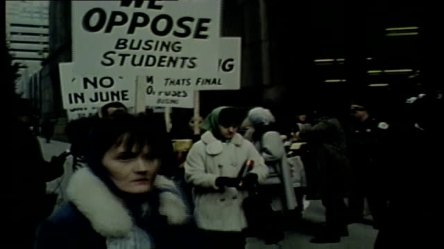 wgn white protesters rally against chicago public schools plans for a desegregation busing program in 1968 - 1968年点の映像素材/bロール