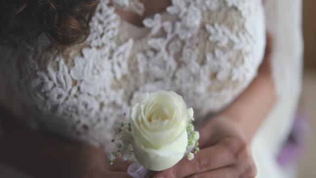 stockvideo's en b-roll-footage met witte roos voor een witte jurk - witte jurk
