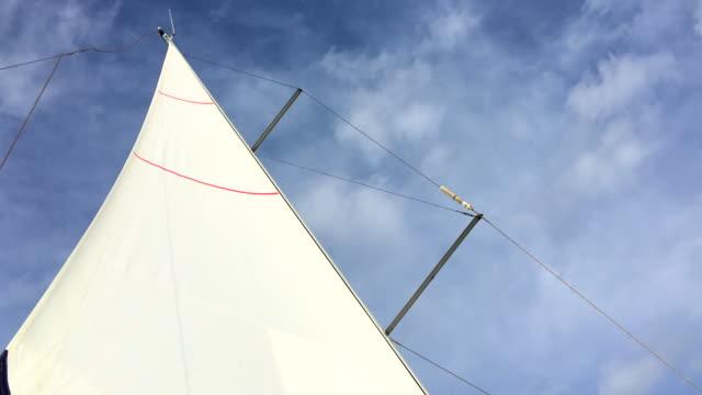 ホワイトのセーリングアゲインストスカイ - 帆点の映像素材/bロール