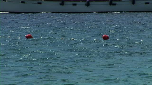 vídeos de stock, filmes e b-roll de barco à vela no mar branco - boia equipamento marítimo de segurança