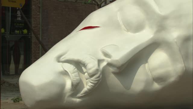 vídeos de stock, filmes e b-roll de cu white sculpture of human face with streak of red blood on cheek, beijing, beijing, china - figura masculina