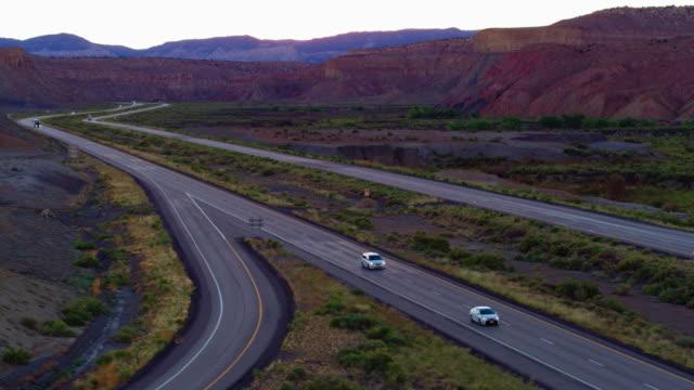 ユタ州の風景を介してインターステート 70 切断の白い半トラック - トラッキングショット点の映像素材/bロール