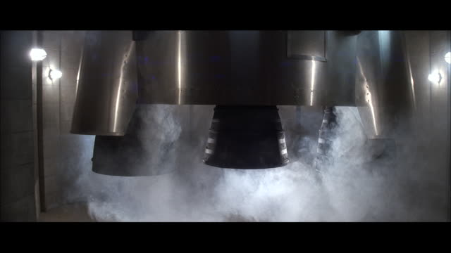 cu zo zi white smoke coming from rocket engines when rocket launching / unspecified - razzo spaziale video stock e b–roll