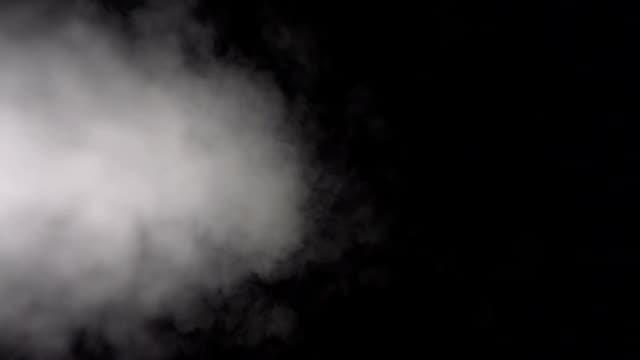 黒の背景に表示される超スローモーションで白煙 - ハイコントラスト点の映像素材/bロール