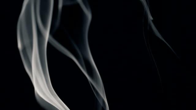 Vit rök isolerade på svart