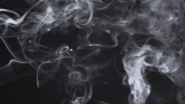 weißer rauch isoliert auf schwarz, schleife - sichtbarer atem stock-videos und b-roll-filmmaterial