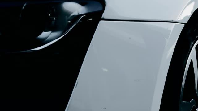 vídeos de stock e filmes b-roll de branco desporto automóvel. vista lateral - reluzente
