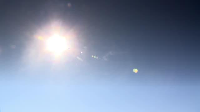 a white sun in a blue sky without cloud - 中距離拍攝 個影片檔及 b 捲影像